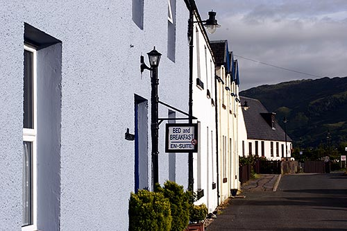 Schilder weisen den Weg zum Bed and Breakfast in Schottland.